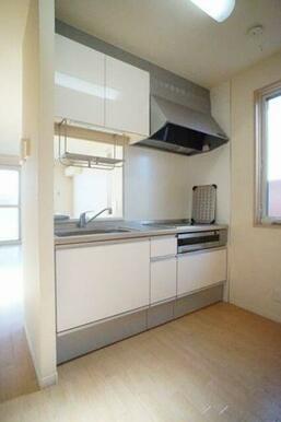 ◆キッチン◆3口IHコンロ・グリル付きのシステムキッチンです!対面式で、お部屋の様子を伺いながら料理