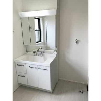 洗面 ミラーキャビネットやカウンター下など収納力豊富な洗面化粧台!