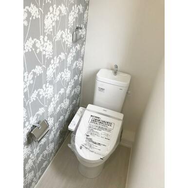 トイレ 一面だけアクセントクロスを取り入れてこんなところもオシャレに♪