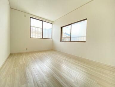 2階約6帖の南側洋室です。