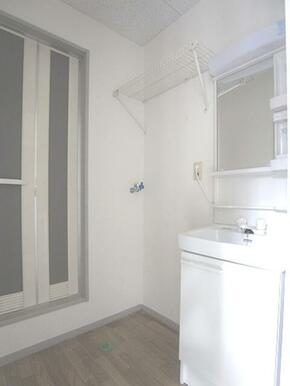 【洗濯機置き場】しっかり室内洗濯機置き場が付いております♪上部には棚もありますので、サニタリーグッズ