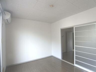 【洋室】南側の洋室です。前面にスペースがあるため日当たりも良いです☆スライド式の扉でDKと行き来でき