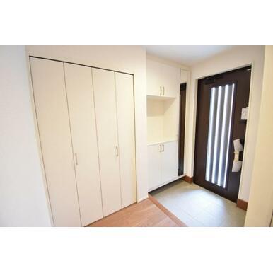 シューズボックスと姿見鏡付きの便利な玄関です。