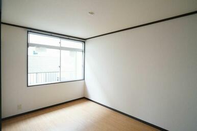 【洋室②】もうひとつの6.0帖の洋室②です。こちらの窓には室内物干し「フレクリーン」を設置!使用しな