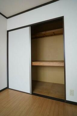 【収納】洋室②の収納です。布団等も収納できる様、中段付きのタイプになります♪