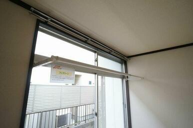 【フレクリーン】室内物干し「フレクリーン」は使用する際は写真のように手前に出す事で使用できます。雨の