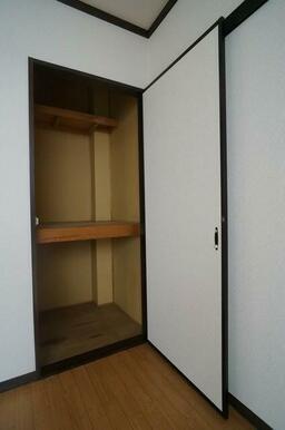 【収納】洋室①にある収納です。中段もあり、収納容量も確保しています♪