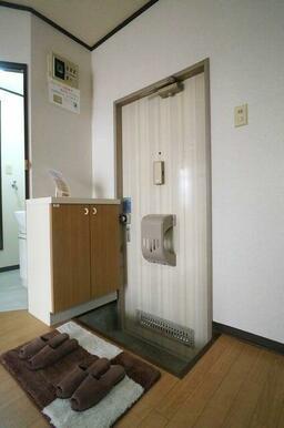 【玄関】玄関にはシューズボックスを備え付け!写真にある玄関マット・スリッパもご希望の方には差し上げま