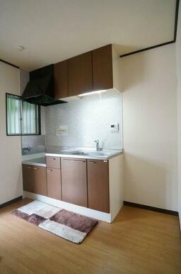 【キッチン】キッチンは上下に収納スペースを設けたシステムキッチン!隣に個窓もあり、明るい日差しも差し