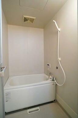 【浴室】浴室は白を基調とした明るい印象♪ボタンひとつで沸かし直しも可能な追焚給湯機能付き!