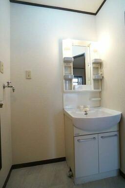 【洗面所】忙しい朝やお風呂上りに便利な洗面化粧台!隣には洗濯機置き場もございます!
