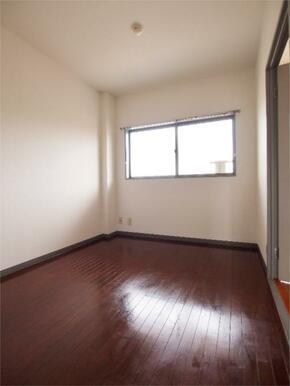※写真は別室のものになります。