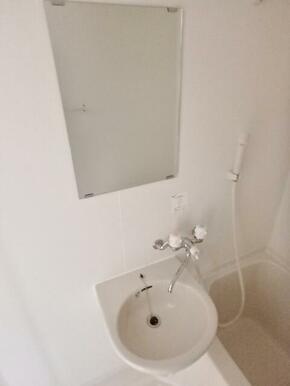 鏡付の洗面台で朝の支度に便利です