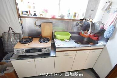 キッチンは壁付なので、集中してお料理が出来ます(*^^*)色も白で家具に合わせやすい色になっていま…