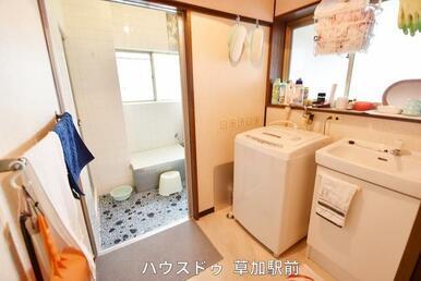 洗面所には窓もあるので採光が取れ明るい雰囲気に!洗濯機置き場も確保しております!