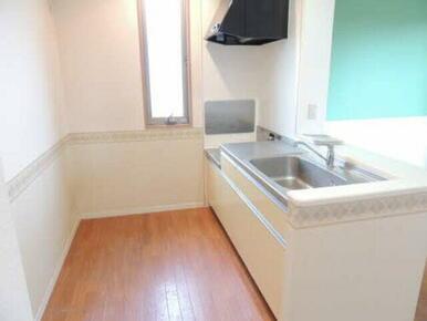 白を基調にしたカウンターキッチンで清潔感がありますね。毎日のお掃除も楽しくなりそうです
