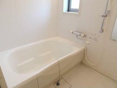 浴室には窓もあり換気もバッチリで清潔に。ゆったり浸かれるサイズのお風呂も魅力的です