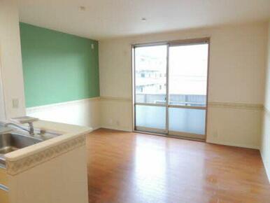 アクセントがオシャレなリビングです。お好みの家具で統一して自分の空間を作りませんか?