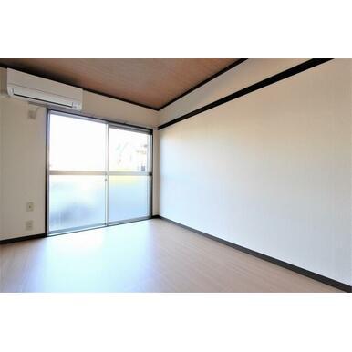 エアコン、洋服や絵などが掛けられる壁フック付の洋室です。