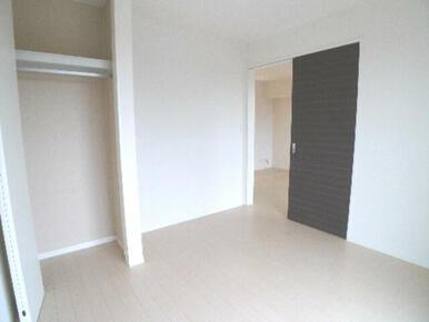 南側洋室は5.1帖♪衣服の保管に役立つ【ハンガーパイプ】付きの収納もあります♪