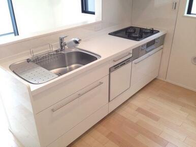 【キッチン同仕様写真】食器洗い乾燥機標準装備の最新オープンキッチン!※色味が異なります。