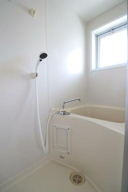 浴室に小窓が付いてますので、換気がしやすいです。