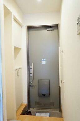 【玄関】玄関にはシューズボックスを設置しております。
