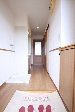 玄関からみた廊下部分です