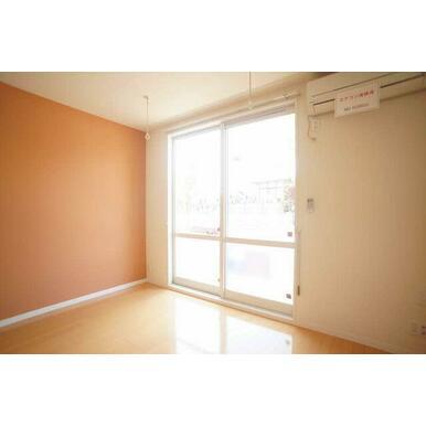 ◆洋室◆7.4帖の洋室です♪一部にアクセントクロスが貼ってあり、オシャレ感を演出しています!