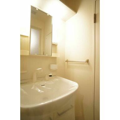 ◆洗面◆洗髪もできるタイプの洗面です!隣は洗濯機置場です☆