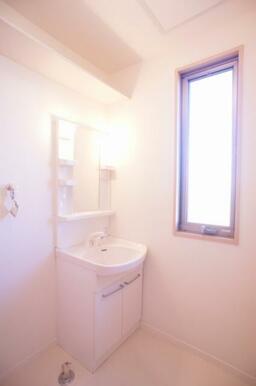 【洗面所】独立洗面台です。また小窓もございますので、湿気対策に換気もしていただけます!横に洗濯機を置
