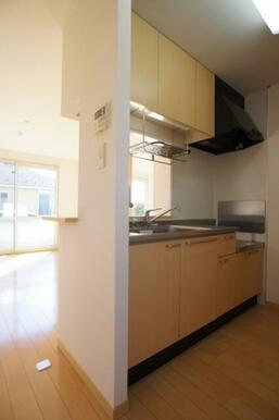対面式のキッチンには上下2段に収納があります◆水栓はシングルレバー式です。
