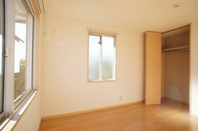 南西側洋室◆天井サイズのクローゼットの内部にはハンガーパイプがあり、洋服の収納に便利です。