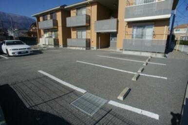 建物の目の前に駐車場がございます♪