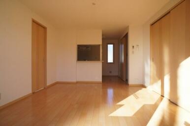 リビング南側より◆キッチンは対面式です◆左右それぞれの扉より各居室へ。
