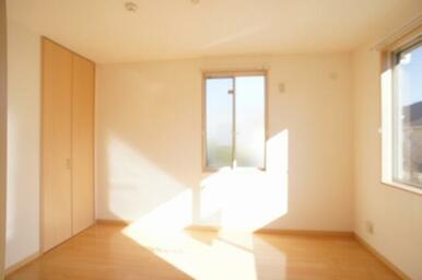 南東側洋室◆窓は南面・東面の二面採光です。
