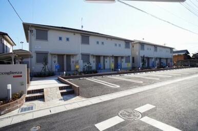 Ⅰ・Ⅱと横並びで屋根の水平ラインが強調されたのびやかな外観。建築と共に新設された接道道路もあわせて広