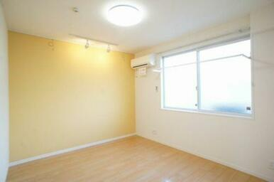 【洋室】大きな窓が付いていて明るい空間です。寝室や子供部屋etc様々な用途にどうぞご利用ください♪冷