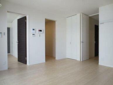 【LDK】お部屋はフローリングなため、お掃除もしやすいです。収納もありますので、リビングはすっきりと
