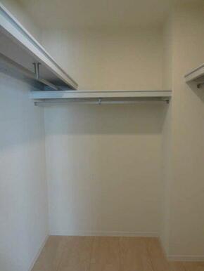 【WIC】6.7帖の洋室にはウォークインクローゼットを設置しております。ハンガー掛けも配置しているの