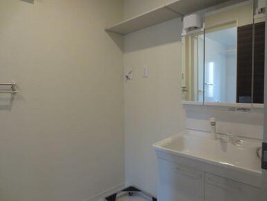 【設備】洗面台の横には、洗濯機架台を設置しております。上部には棚を設置しているので洗濯用品を収納して
