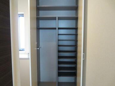 【収納】玄関の収納は、長靴やブーツなどの靴も収納できるよう、可動式です。