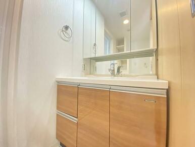 「洗面所」3面鏡の洗面台です。鏡を開けると中に収納スペースがあります。