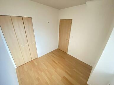 「洋室1」建具と床の木目が統一感を演出する洋室です。