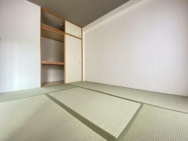 「和室」奥に収納スペースもございます。