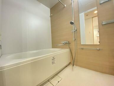 「浴室」柔らかな雰囲気を感じる木目調のアクセントパネルの浴室です。