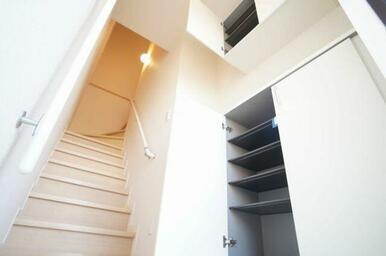 ☆シューズBOXは可動式の棚になっており、収納するものの高さに合わせて調整できます◎お履物が多い方で