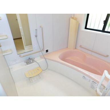 段差をなくしたバリアフリーのお風呂です。1日の疲れをゆったり癒せます。