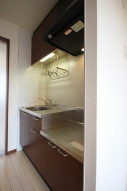 【キッチン】落ち着いた木調面材のキッチンを採用
