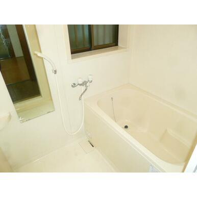 ★浴室には窓があって換気もばっちり★